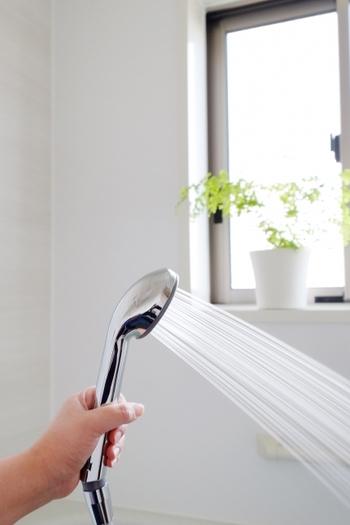 お風呂の湿度を下げるには、まず熱めのシャワーを壁や床にかけ、その後冷水のシャワーを同じようにかけるのが良いそうです。温度が一気に下がって、浴室が乾燥しやすくなるそうですよ。もう一手間加えるなら、全体の水気をざっと拭き取っておくとさらにGOOD!翌日のさっぱり感が全く違うはずです。
