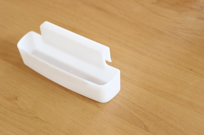 こちらは100円ショップで買える小さなハンギングポケットです。ピンチで引っ掛けるには大きすぎたり小さすぎたりするものは、こんなものにまとめておいても便利。