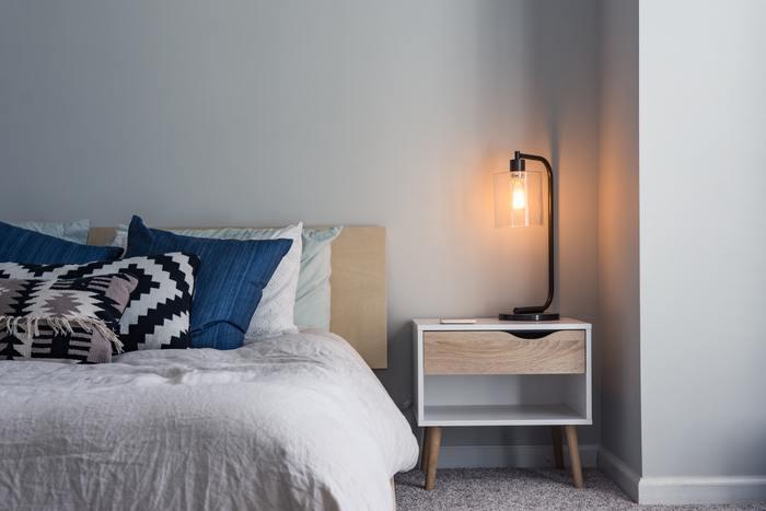 間接照明を取り入れると、寝室が癒しの空間に早変わりします。やわらかな雰囲気を演出できるので、リラックス効果も高まりそう。直接照明よりもほのかで自然な灯りなので、寝室をナチュラルに彩りたいときにも◎。