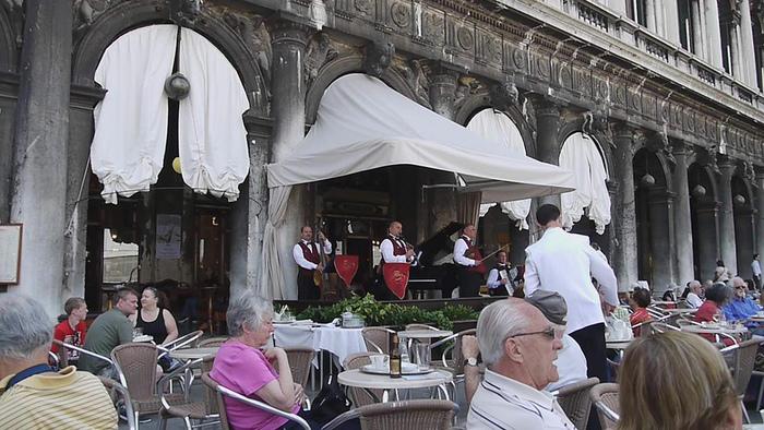 テラス席もあり、ヴェネチアの街並みを眺めることができます。爽やかな海風を感じるカフェタイムもまた、最高ですね。