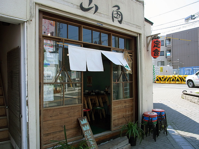下北沢駅南口から徒歩数分にある定食居酒屋「山角」。従業員は女性ばかりなので、女性ひとりでも立ち寄りやすい雰囲気です♪