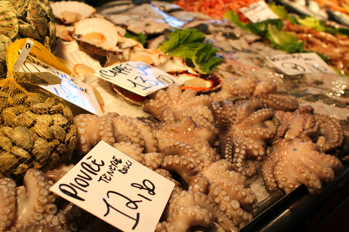 ヴェネチアの美味といえば、まずは、アドリア海で採れる新鮮なシーフード。採れたての魚介類を使ったパスタやサラダ、フリットなどに、ほっぺたがとろけ落ちること間違いなしです。