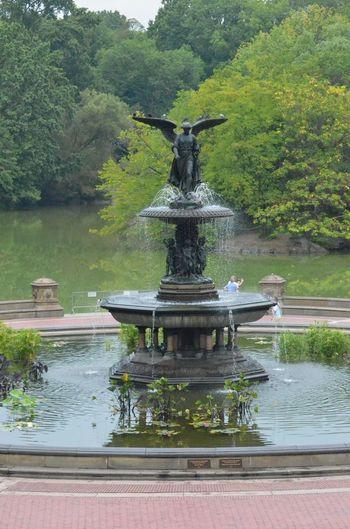セントラルパークの見逃せないスポットのひとつ、「ベセスダの噴水」は世界的に有名な噴水の一つ。噴水のトップに佇む「水の天使」と呼ばれる美しい天使の彫刻をはじめ、1873年に女性彫刻家のエマ・ステビンスが製作したもの。その名前は「ヨハネの福音書」に登場する池に由来し、人々を癒す噴水という意味が込められているのだそう。