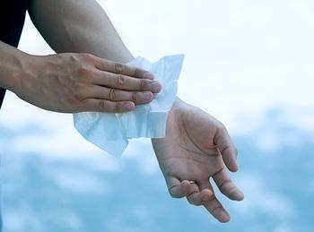 天然の虫除けとしても活躍してくれるユーカリの携帯用のアロマタオルは、おうちで使うだけでなく、夏のお出かけの際、バッグやコスメポーチに入れておいて使用すれば、虫除けになったり、汗をかいた後、軽く身体を拭いたりできてとっても便利。