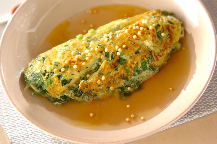 小松菜たっぷりの和風あんかけオムレツは、ほっとする優しい味わい。フライパンに卵液を入れたら菜箸を大きく動かし、ふんわり混ぜながら形を整えます。とろっとあんがからむ、彩りも栄養バランスもGoodなメニューです。