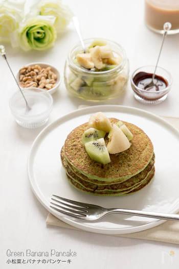 緑色の生地が新鮮でオシャレなパンケーキ。くるみとフルーツをトッピングして、溶かしたダークチョコレートやココナッツバターを塗っていただきます。さらに甘みが欲しい方はメープルシロップを添えても◎。