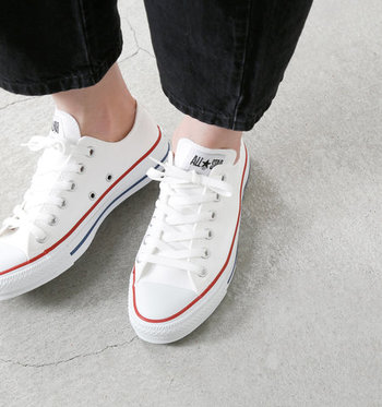 春夏は素肌を見せて爽やかに、秋冬は靴下と合わせる楽しみがありますね。白黒、2つ持ちも便利です。
