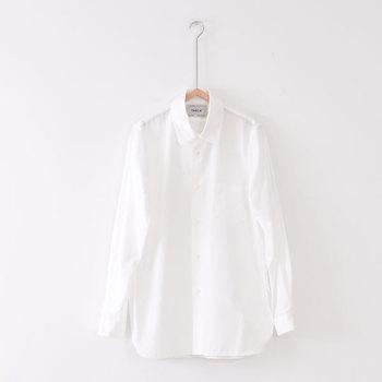 定番のスタンダードなホワイトシャツ。爽やかで清潔感があり、大きすぎないちょうどいいサイズを選ぶと着回ししやすいです。