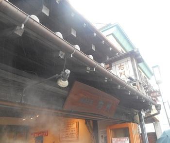 さつま芋とつぶ餡のお饅頭「いも恋」が人気の「菓匠右門」。蔵造りの町並みにある一番街店では、店奥の「浪漫茶房右門」で食事をすることができます。