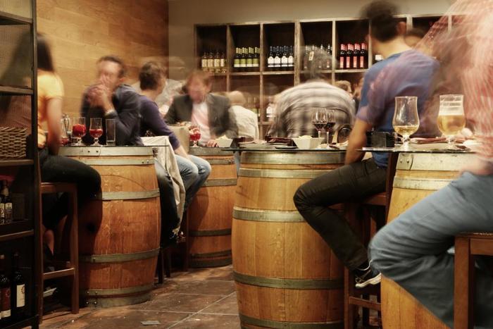 街中に点在する「バーカロ」を巡って、ヴェネチアの夜を楽しみませんか。イタリア版居酒屋の「バーカロ」ではちょっとしたおつまみとお酒をいただけます。  少しスペインバルに似た、カジュアルな雰囲気。料金がリーズナブルなので、地元の方たちの憩いの場にもなっています。