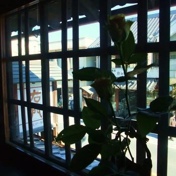 2階には和室もあり、古い町並みを格子越しに見ながら食事を楽しめます。