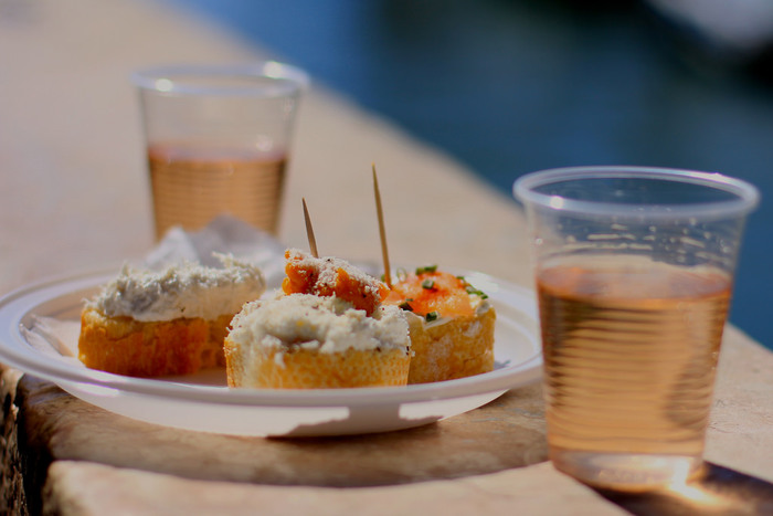 ワインやビールのお供として定番なのが、このような、フランスパンのカナッペ。