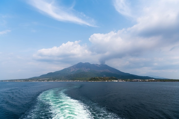 「桜島」へは、桜島フェリーターミナルから乗船して約15分で到着します。