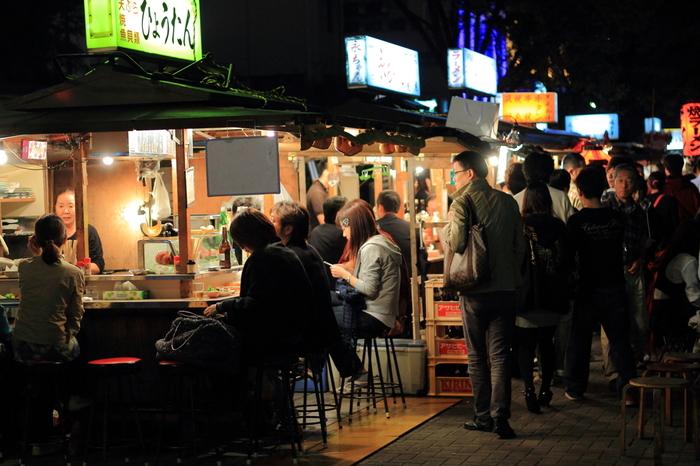 福岡の夜は、中洲の屋台で、博多ラーメンや焼き鳥を頬張りたいですね。