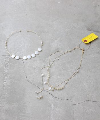 重宝必至のチョーカーとロングネックレスのセット。ビーズの形や配置に遊び心があるので、洋服自体がシンプルでもハイセンスなコーディネートが完成します。