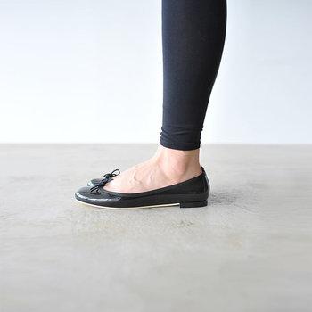 スカートにもパンツスタイルにもよく合います。秋冬はタイツに合わせても、靴下と合わせても素敵な可愛らしい足元に。