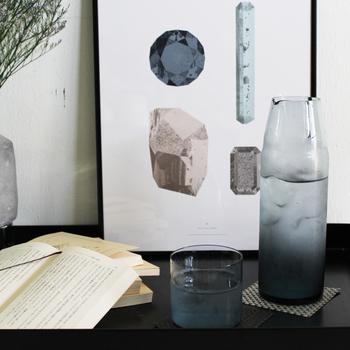 お家でも水分補給が欠かせない夏。自然で温かみのある数々のガラス製品を作り出している「Sghr(スガハラ) |菅原工芸」のナイトカラフェは、フタがグラスとなっており、トレイに乗せることなく家の中の好きなところへ気軽に持ち運べて便利。