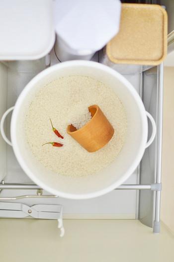特に夏場は虫がつきやすいのでお手入れは念入りに。新しいお米を入れる時に唐辛子も入れると、虫除け効果が期待できます。