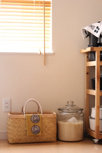 一度に大量に購入することが多いお米。冷蔵庫に入りきらない場合も多々ありますよね。常温で保存する時は米びつに入れ、食器棚の下段や鍋と同じ引き出しの中、パントリー内など、日陰で湿度の低い場所に置きましょう。