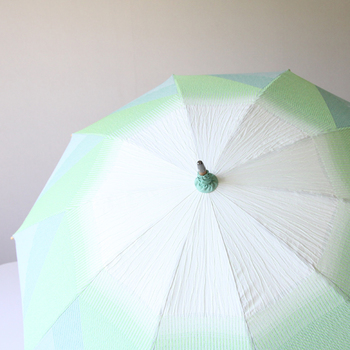 こちらのグリーンと薄いクリーム色が美しい日傘「はくさい」は、白菜の葉の皺を表したようなこだわりのデザインが、遊び心を感じさせ、しかも淡いグリーンは夏の日傘としてさわやかな印象を与えてくれます。