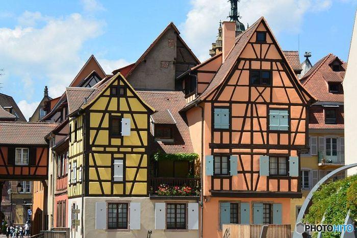 """パステルカラーがかわいらしいこんなメルヘンなお家が軒を連ねる町、""""フランス・コルマール""""。パリから電車で3時間半前後と首都からはアクセスがあまりよくありませんが、スイス、ドイツの国境もほど近く、ここを拠点に3カ国周遊もしやすい観光に最適のロケーションとなっています。"""