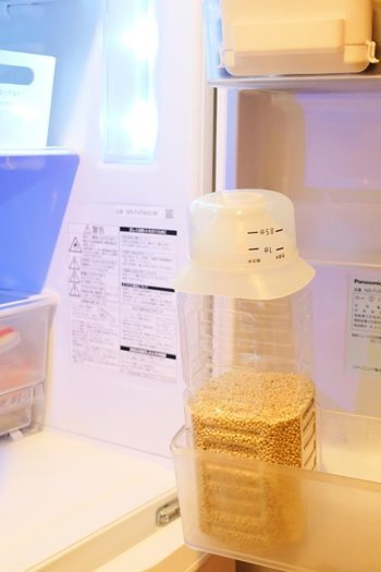 お米を冷蔵庫に入れる際は、空気に触れさせないために、冷気の吹き出し口近くは避けましょう。また香りの強い食材が入っている場合は、ニオイ移りにご注意ください。
