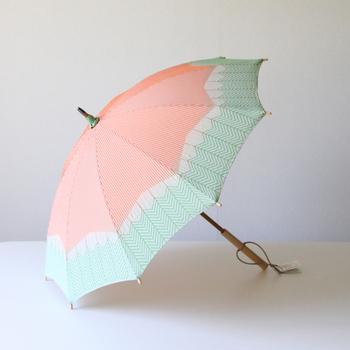 上記と同じく槙田商店の菜シリーズの、夏に相応しい元気で明るいオレンジ色のストライプに、さわやかな緑色のパターンの組み合わせが素敵な「にんじん」の日傘。