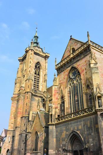 """コルマールの中央に聳え立っているのが""""サン マルタン教会""""。アルザス地方でもっとも美しいゴシック建築物の1つと言われています。尖塔の上にはコウノトリの巣(もちろん本物)があり、鳥の姿が目に入ったら、きっといい日になりそう♪"""