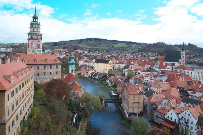 """1992年に世界遺産にも登録された町として人気の、""""チェスキー・クルムロフ""""。 チェコ南部のヴルタヴァ川に囲まれ、中世からバロックまでの町並みをとどめるチェコで一番美しいといわれる町です。"""
