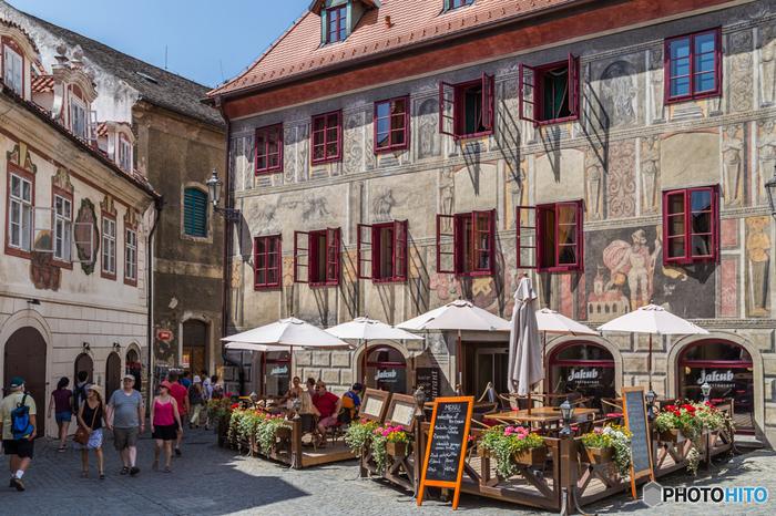 町の至るところでフレスコ画が描かれた建物が立ち並んでいて、その町並みはまるで野外美術館のよう。きれいに修復されたものも美しいですが、そうでもないものも味があっていいですね。