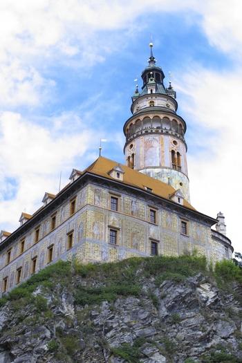 名物のカラフルなお城の塔「フラデークの塔」にも登ることができます。中はぐるぐると螺旋階段が続きますが登りきると・・・