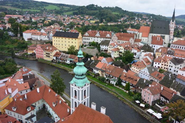 こんな絶景が楽しめます!階段を登りきるのは大変ですが、ぜひとも世界遺産となった町全体をカメラに収めたいですね。赤い屋根が連なり、まるでおもちゃの町に迷い込んだようなかわいらしさです。