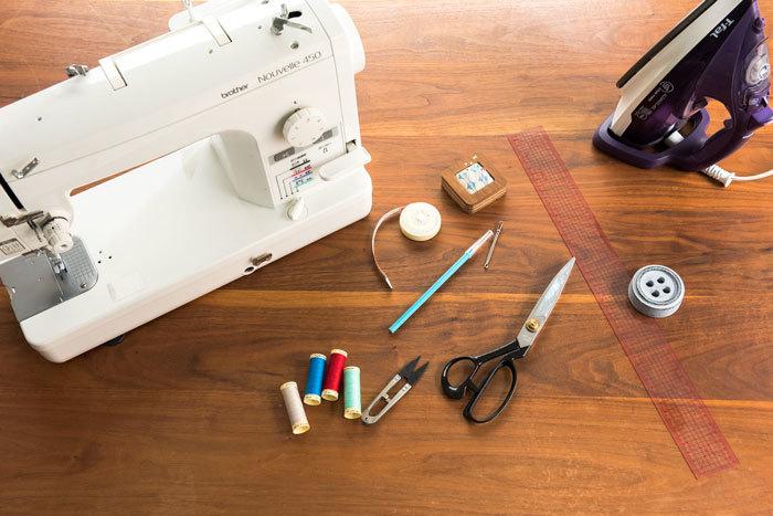 ミシン、アイロン、メジャー、まち針、チャコペンシル、ひも通し、ミシン糸、糸切りばさみ、裁ちばさみ、定規、文鎮 【あると便利なもの】型紙を作る場合は紙、筆記用具、端をかがるためのロックミシン(家庭用ミシンのジグザグ機能があればOK)