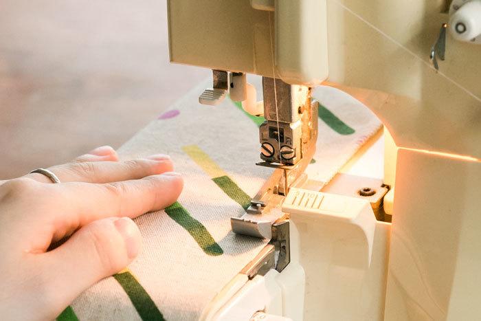 巾着の両脇と底になる部分の布端にジグザグミシン、もしくはロックミシンをかけてほつれないように処理します。