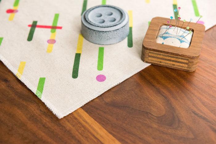 あとで縫い代を開くので、表側を見てミシンをかけると縫い目がきれいです。 慣れていない人は角はまっすぐに縫い切ってから重ねて次の辺を縫うのが簡単。