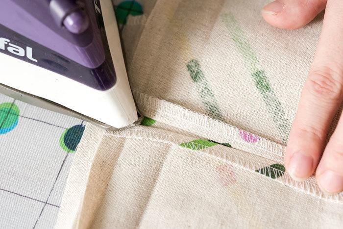 ④で縫った縫い代を開いて、アイロンをかけます。(縫い代を割ります。)