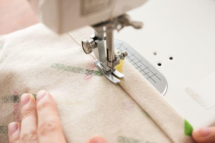 一度開いた三つ折りを折りたたみ、端から2mm程度の場所をミシンで縫います。
