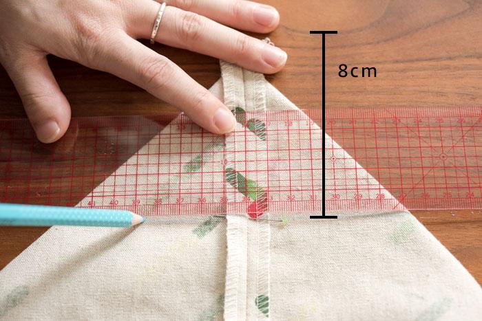 バッグのみ、マチを作ります。 脇と底の角を三角に折り畳み、角から8cmを取ってチャコペンで線をひきます。