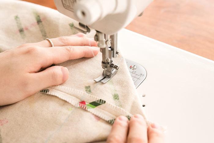 線を引いたところを縫います。最初と最後の返し縫いを忘れずに!