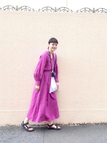 紫がかったピンクが目を引くマキシ丈のワンピース。スポーティーなサンダルやスニーカーを合わせてカジュアルダウンすれば、軽やかな雰囲気に。全身ピンクではあるけれど、デザインがシンプルでシルエットもきれいなので、着ていて身も心もリラックスできそうです。
