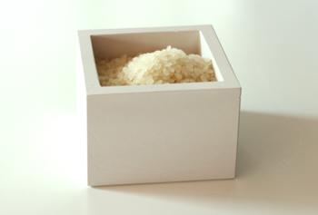 お米が苦手とするのは「高温」「多湿」「酸化」の3つです。直射日光が当たる場所や、温度が高くなりやすいオーブンなどの側は避け、シンクやキッチンの下といった湿気がこもりやすい場所もNGです。