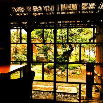 離れには中庭の見える個室もあり、ゆったりと過ごせます。人気店なので早めの予約が必要です。