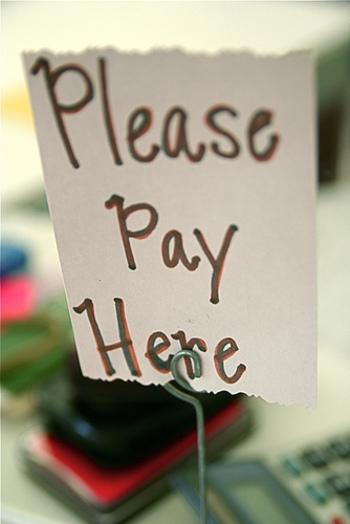 """小さなお店や露店でのお買い物で、「クレジットカードが使えるかしら?」と心配になることがありますが、""""Can I use a credit card?""""と先に聞いておけば安心です。  まれにバーなどで携帯電話使用禁止なんていう場所もあるので、「周りに使っている人が誰もいないかも?」と思ったら、""""Can I use a mobile phone?""""と確認しても良いですね。"""