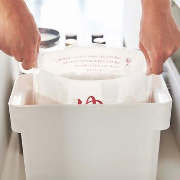実は米袋には小さな穴が空いています。その穴から空気が入ってお米が酸化したり湿気がこもったりするため、米袋は保存には向いていません。購入後は密封できる容器に袋ごと入れるか、中身だけ別の容器に移す必要があります。