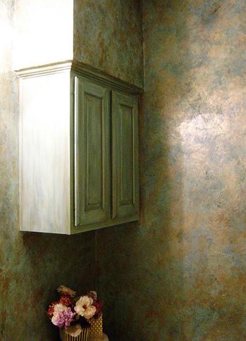 """目的の場所が遠い場合には少し不適切かもしれませんが、場所が分からない場合には絶対に使える表現。  飲食店で、""""Where is a bathroom?""""「お手洗いはどこですか?」と聞いたり、美術館の中で""""Where is the Modigliani exhibition?""""「モジリアーニの展覧会はどこですか?」と聞いたりする場合に使えます。"""