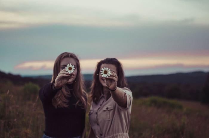 自分ひとりで溜め込まないで誰かに愚痴を聞いてもらうだけで心が晴れることも。愚痴を言わなくても気の置けない友達と、たわいない話をしているだけで、気付けば笑顔の溢れる時間になっているはずです。