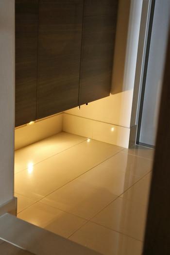サチ…あれ♪さんのお宅では玄関の靴箱の下に。何も置かれていないすっきりとした玄関で、ほのかな灯りが良いアクセントになっていますね。 光の演出で玄関に奥行が感じられ素敵です。