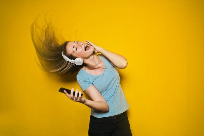 カラオケが好きな人や大騒ぎするのが好きな人におすすめのリセット方法がこちら。カラオケなど声の出せる場所で思いっきり大きな声で歌ったり、「ワー!」と大きな声を出すだけでかなりのストレス解消になるんです。心のモヤモヤも一緒に吐き出してしまいましょう。