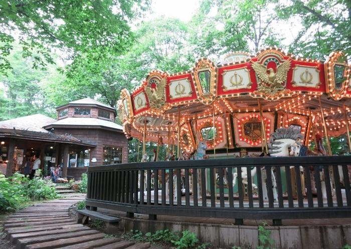 メリーゴーラウンド(おとなも乗れます)に隣接するカフェ。 手回しオルガンの音とともに回転する森の中のメリーゴーラウンド、ミュージックビデオなどで「見たことある!」という方、多いのでは?