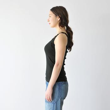 日中は無理のない範囲で、お腹にキュッと力を入れて過ごします。こうしてお腹を引き締めることで、腹筋が常に使われている状態に。お腹に力が入ると、背筋もピシッと伸びやすくなりますよ!